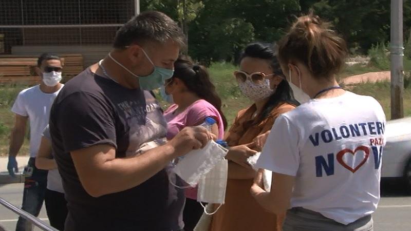 volonteri-delili-vodu-i-maske-po-postama,-bankama-i-ulicama