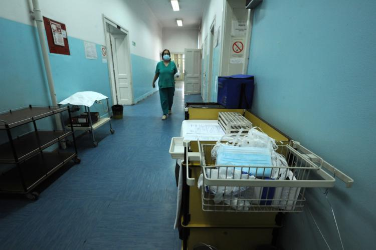 -mediji:-u-kovid-bolnici-u-nisu-pacijent-pretukao-medicinsku-sestru
