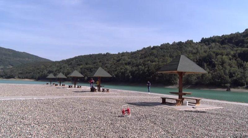 -pazarska-plaza-na-jezeru-gazivode-izgleda-sve-lepse-i-uredjenije
