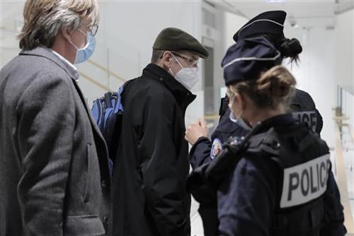 novi-rasisticki-napad-u-francuskoj:-dve-muslimanke-izbodene-ispod-ajfelovog-tornja