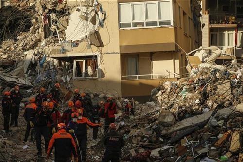 turska:-broj-zrtava-porastao-na-115,-pretraga-2-zgrade-i-dalje-traje