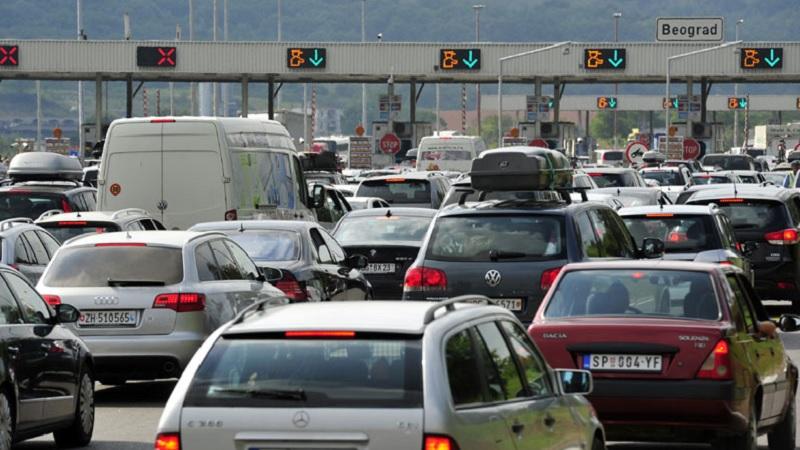 saobracaj-umerenog-intenziteta,-putnicka-vozila-na-batrovcima-cekaju-sat-i-po