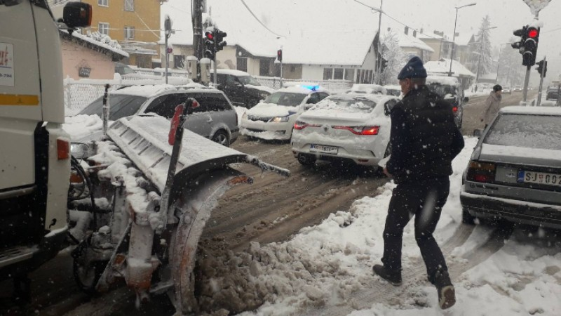 sneg-blokirao-seoske-puteve-na-pesteri