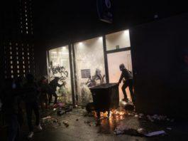 brisel:-veliki-neredi,-zapaljeni-policijska-stanica-i-vozila