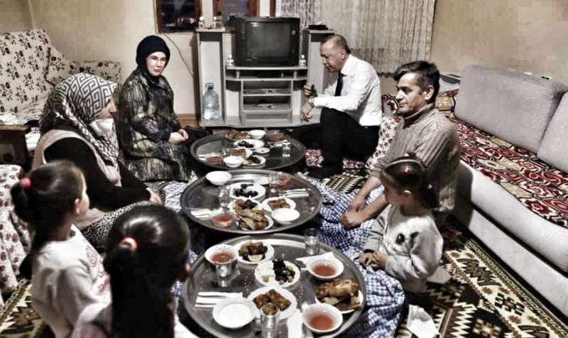 jer-je-lider!-predsjednik-erdogan-sa-suprugom-juftario-kod-porodice-iz-distrikta-mamak