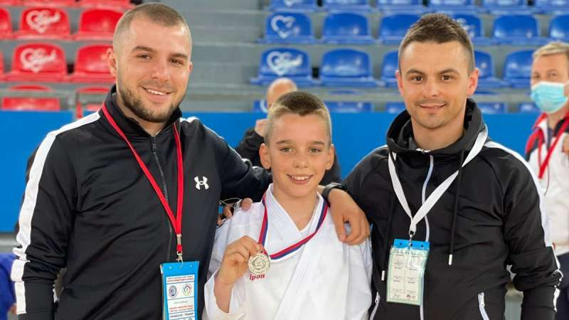 avramovicu-srebro-na-skolskom-prvenstvu-srbije-u-karateu