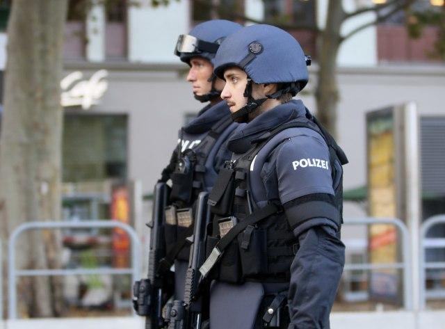 uhapsen-zbog-sejanja-straha-medju-muslimanima!-jurio-vernke-automobilom-pa-oskrnavio-dzamiju