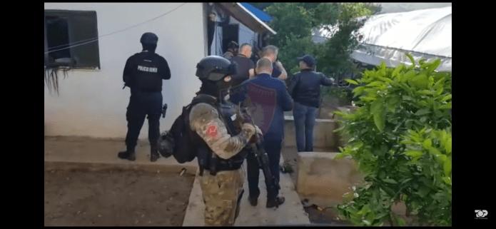 """""""zora""""-u-albaniji:-otkriveno-imanje-za-marihuanu-u-kroji,-uhapseno-16,-potraga-za-24-lica-(video)"""