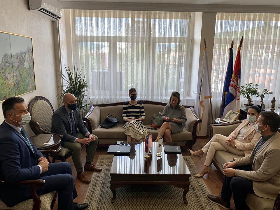 delegacija-ambasade-sad-na-sastanku-sa-gradonacelnikom-nihatom-bisevcem