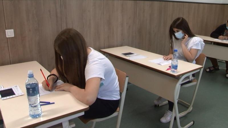 mali-maturanti-danas-polazu-test-iz-matematike,-sutra-kombinovani