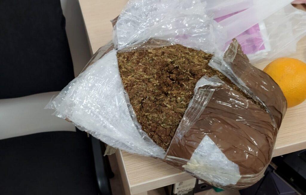 zaplenjeno-17-kilograma-marihuane-na-autobuskoj-stanici-u-raski