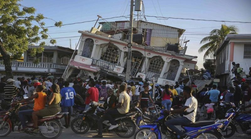 vise-od-trista-poginulih-u-snaznom-zemljotresu-na-haitiju