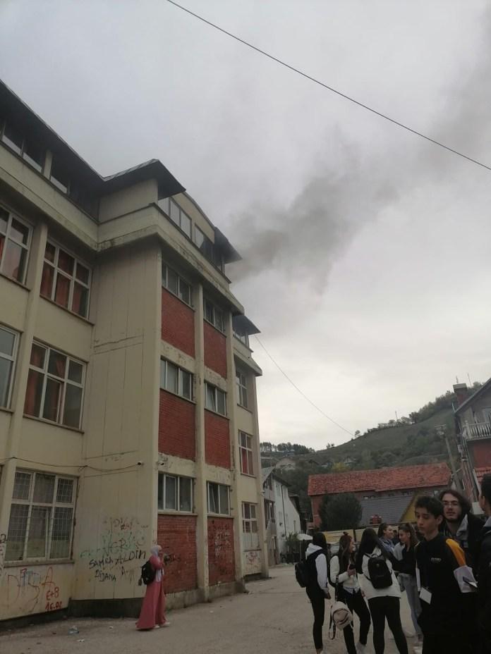 pozar-u-skoli-u-novom-pazaru:-deca-evakuisana-(foto/video)